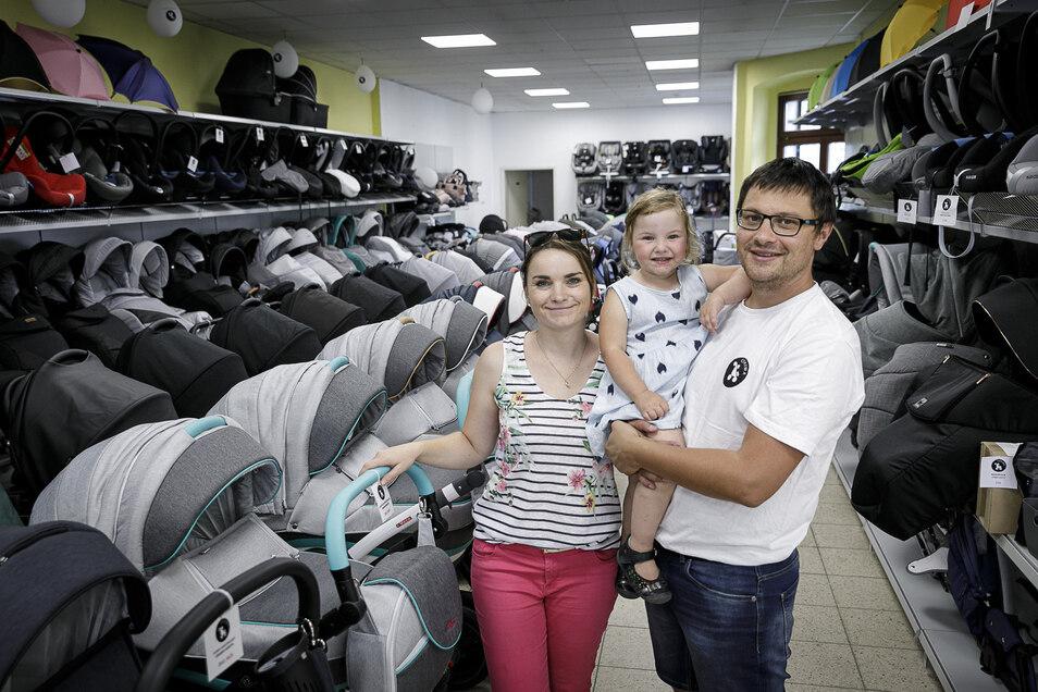 Ewelina Kotowska eröffnete auf der Luisenstraße ein Kinderwagencenter. Ihr Lebensgefährte Andrzej Brzezicki (mit Töchterchen Ola auf dem Arm) führt es.