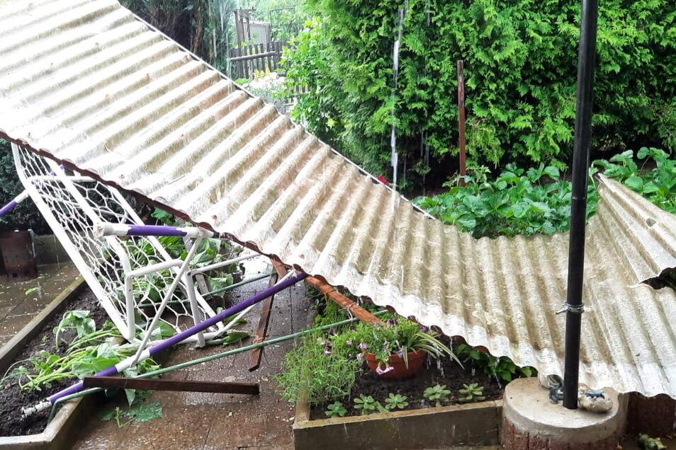 Ein Well-PVC-Dach landete zwei Gärten weiter auf den Beeten. Dort hatten kurz vorher noch die Besitzer des Kleingartens gearbeitet.