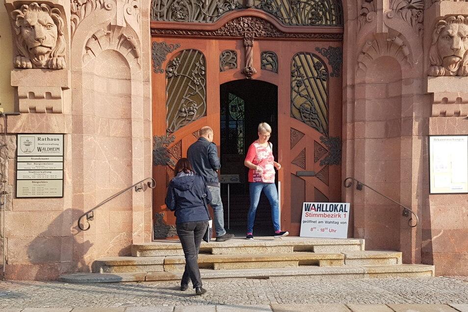 Schon am Vormittag war ein reges Begängnis am Wahllokal im Waldheimer Rathaus.