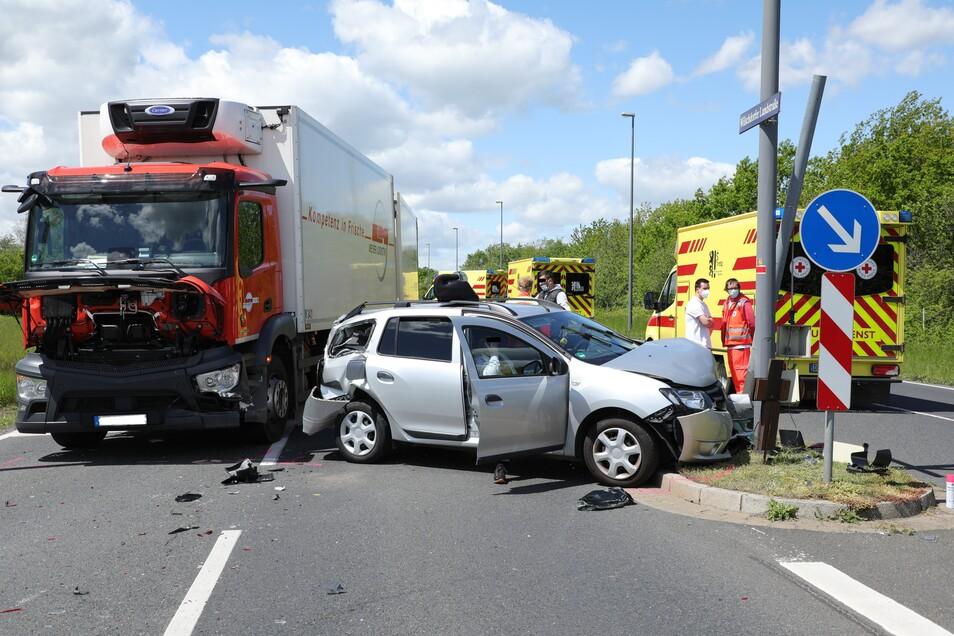 Bei einem Verkehrsunfall auf der Wilschdorfer Landstraße in Dresden werden am Samstagmittag mehrere Menschen verletzt.