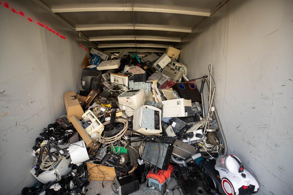 In solchen Containern landet Elektroschrott in den Wertstoffhöfen. Ein Mann wurde nun verurteilt, weil er sich an einem unverschlossenen Container eines Elektromarktes bedient hatte.