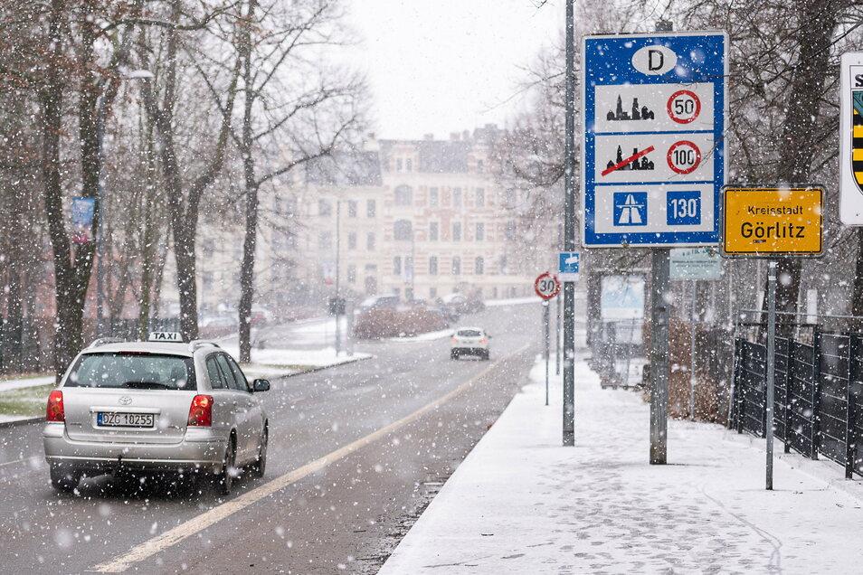Ein polnisches Taxi auf dem Weg in die Innenstadt: Das Nachbarland ist als Risikogebiet eingestuft, für die Taxifahrer gilt eine Ausnahmegenehmigung.