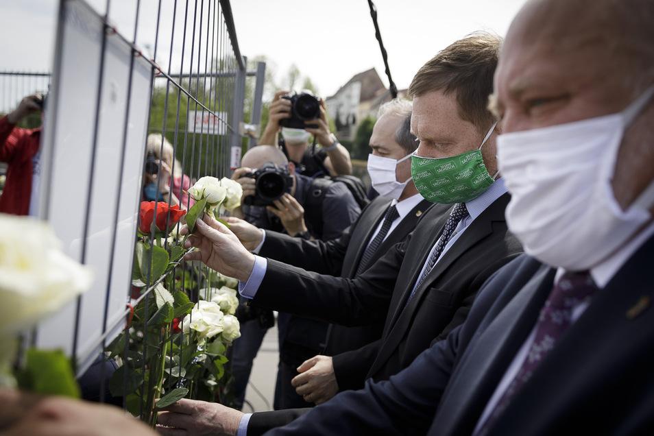 Zuvor steckten sie Rosen in den trennenden Zaun auf der Altstadtbrücke.