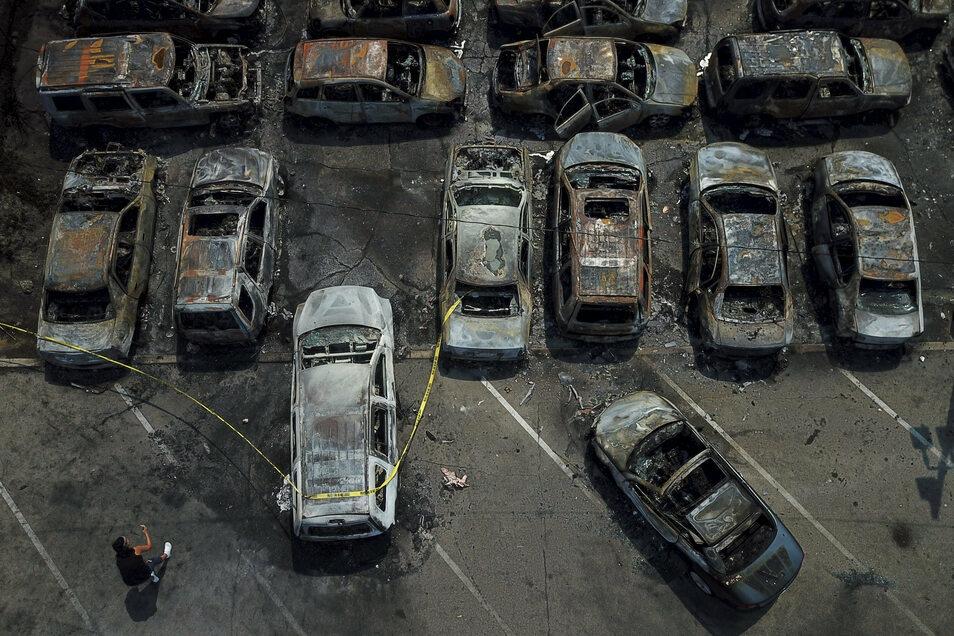 Ausgebrannte Fahrzeuge stehen auf einem Parkplatz in Kenosha.