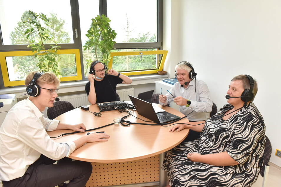 Information für die Eltern. Hier nehmen v.l. Christian Bohner von Bidi, Moderator Ulf Hillig, Schulleiter Volker Hegewald und Ute Stark vom Studienkreis einen Podcast zum Thema Aufholen nach Corona auf.