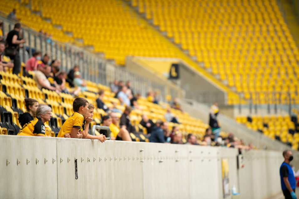 Rund 250 Zuschauer verfolgten das Spiel auf den Rängen. 1.000 wären erlaubt gewesen.