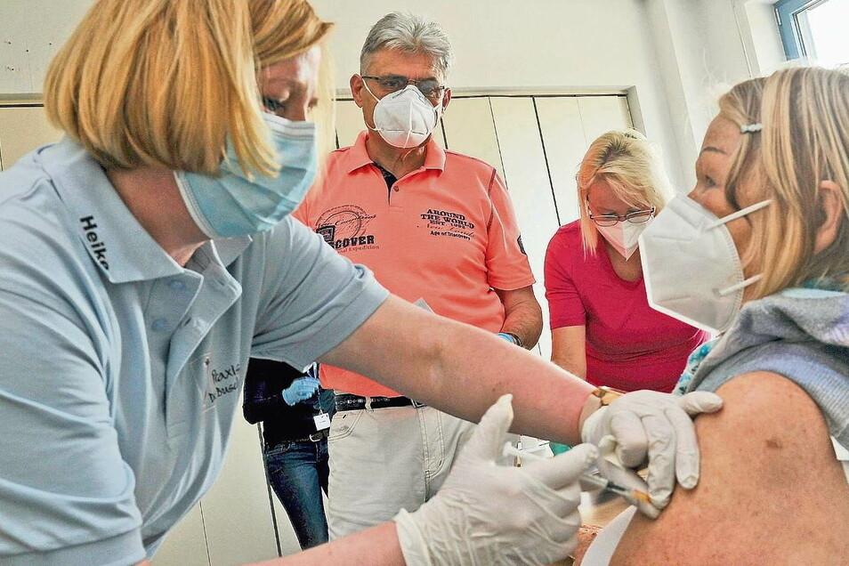 Froh, endlich geimpft zu werden, noch dazu mit dem Impfstoff von Biontech, war Ingrid Pawel. Sie wurde medizinisch umsorgt von Dr. Karl-Heinz Dreier, den Schwestern Heike Hartwig (li.) und Susann Baudach.