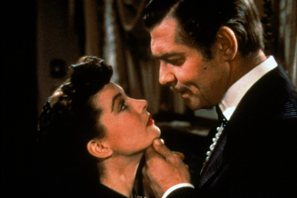 """Vivien Leigh als Scarlett O'Hara und Clark Gable als Rhett Butler in einer Szene des Films """"Vom Winde verweht"""" (1953). Der Hollywood-Klassiker zeigt den US-Bürgerkrieg aus Sicht der Sklavenhaltergesellschaft und beinhaltet einige üble Schwarzen-Klischees."""