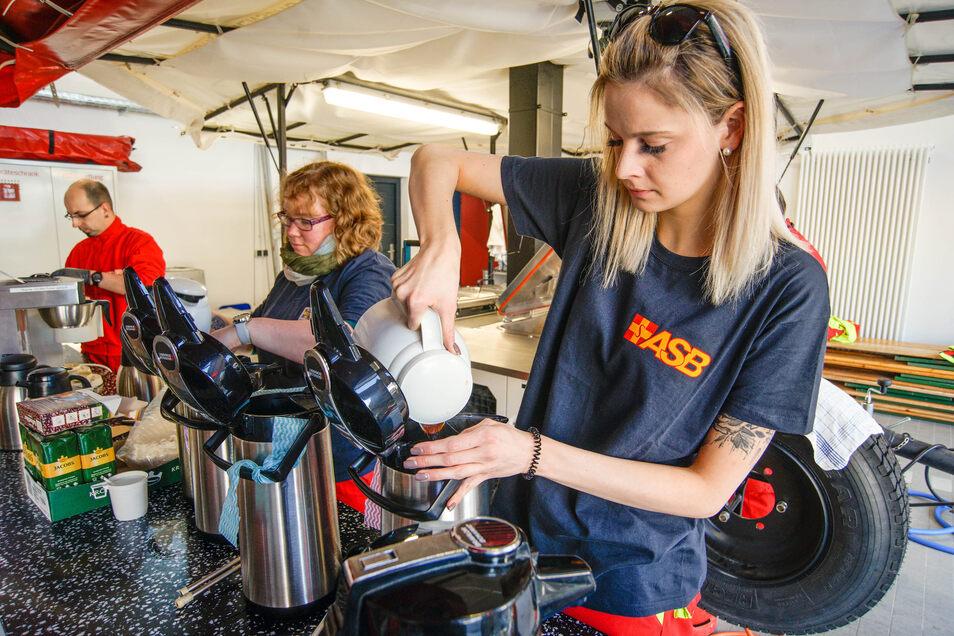 Kaffee für die nächste Versorgungsfahrt: Lara Reupert (vorn) und Julia Gornig füllen die Kannen.