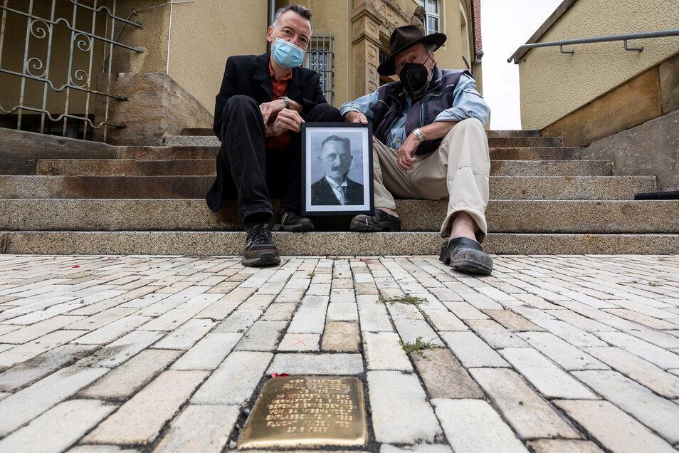 Drei Männer und ihre besondere Verbindung: Paul Gröger, dem Heidenauer Bürgermeister bis 1933, ist der erste Stolperstein in Heidenau gewidmet. Marco Boltz (l.) hat ihn angeregt, Gunter Demnig ist der Initiator der Aktion.