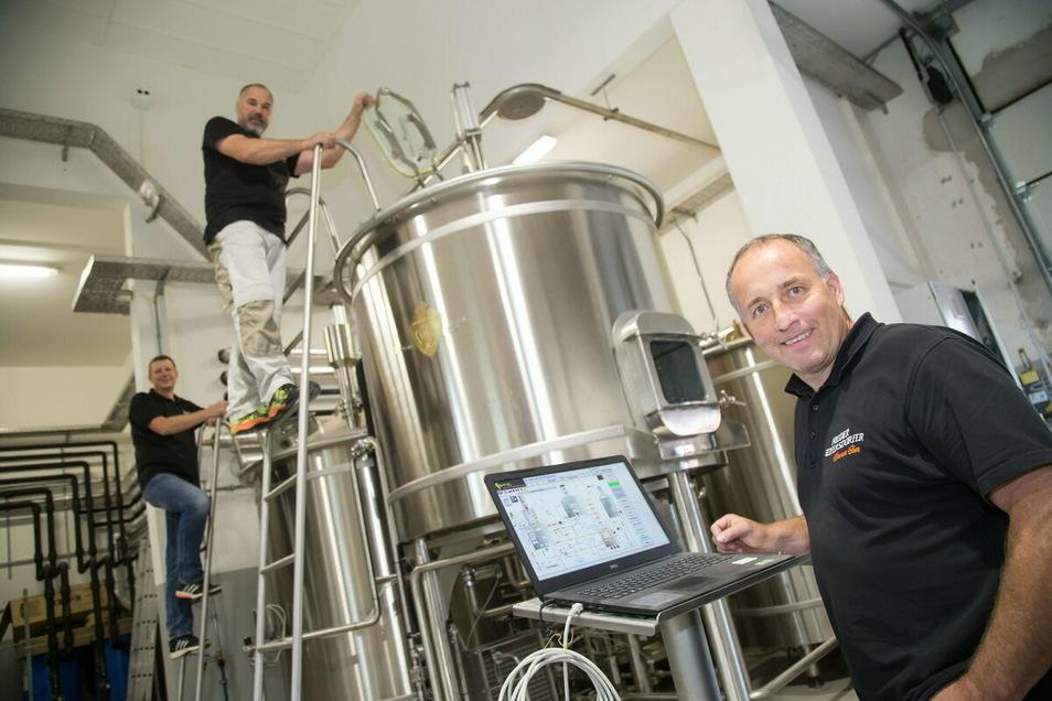 Logistiker Olaf Wiedmer, Brauer Torsten Scholz und Geschäftsführer Andreas Görnitz (v. l.) lenken die Geschicke der Nieder Seifersdorfer Brauerei. Die Schließung der Gastronomie macht auch dem Brauhaus sehr zu schaffen.