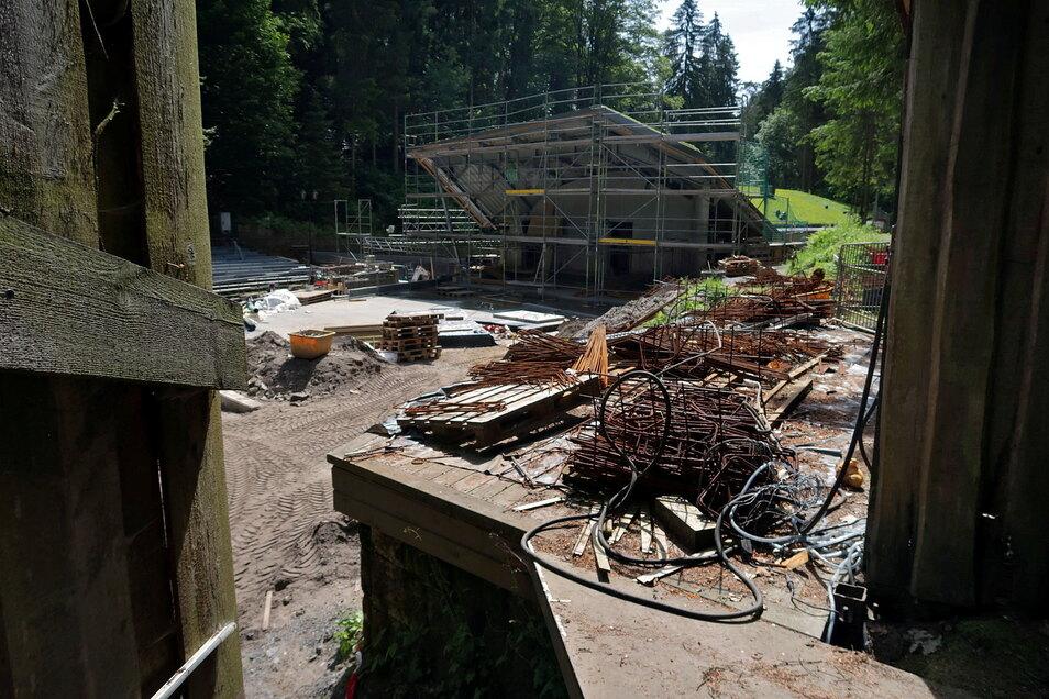 Blick auf das neue Funktionsgebäude von der Bühne aus.