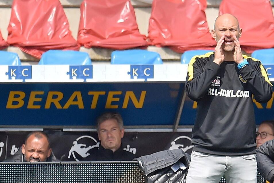 """Ruhig an der Seitenlinie sitzen oder auch stehen, für Alexander Schmidt ist das nichts. Dynamos neuer Trainer meint: """"Ich bin vom Typ her so, dass ich meine Mannschaft gerne coache."""""""