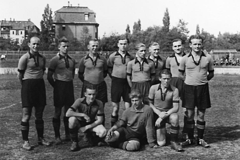Auch nach dem Zweiten Weltkrieg schloss sich Walter Fritzsch (hinten 4. v. r.) zunächst wieder der Mannschaft in Planitz an, dann begann seine Trainerkarriere.