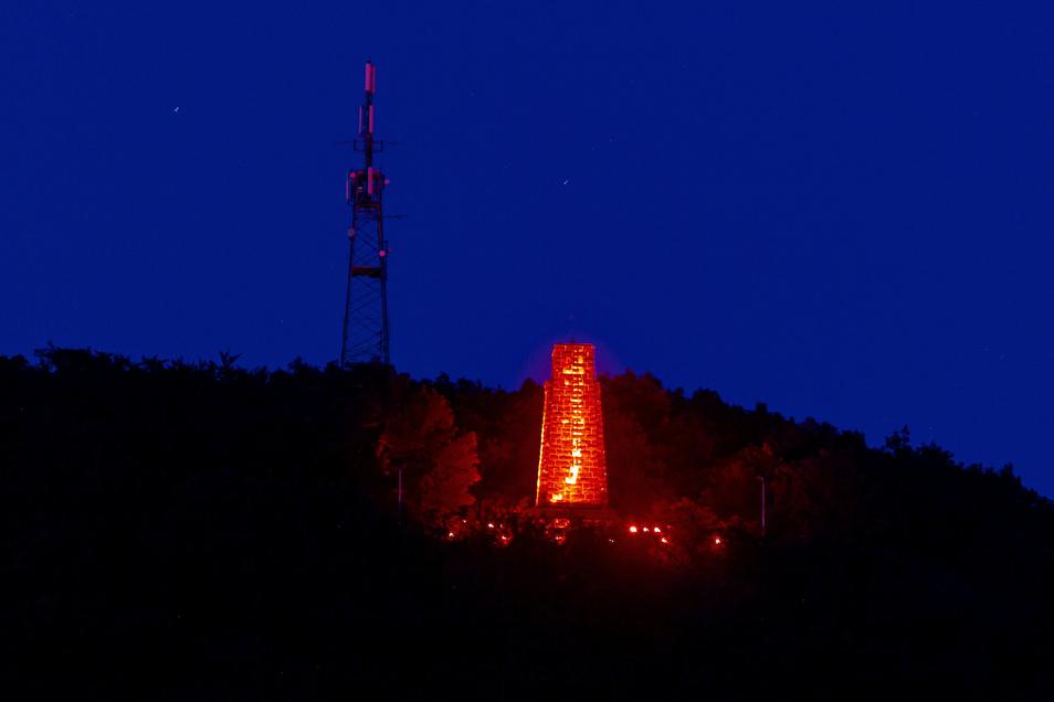 Die Aktion hatte eine tolle Fernwirkung. Von vielen Stellen in Freital aus war das rote Windbergdenkmal zu sehen.