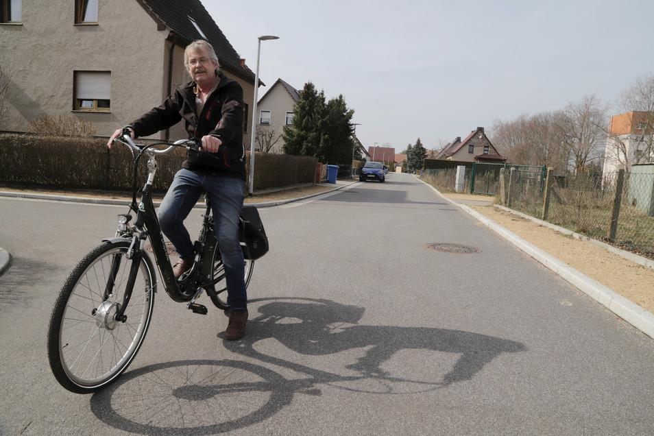 """Dietmar Klingauf wohnt in der Puschkinstraße, die vor wenigen Jahren saniert wurde. """"Hier ist alles richtig gemacht, die Anwohner sind zufrieden und natürlich glücklich darüber, dass kurz zuvor die Straßenausbaubeiträge ausgesetzt wurden"""", sagt der Niesky"""