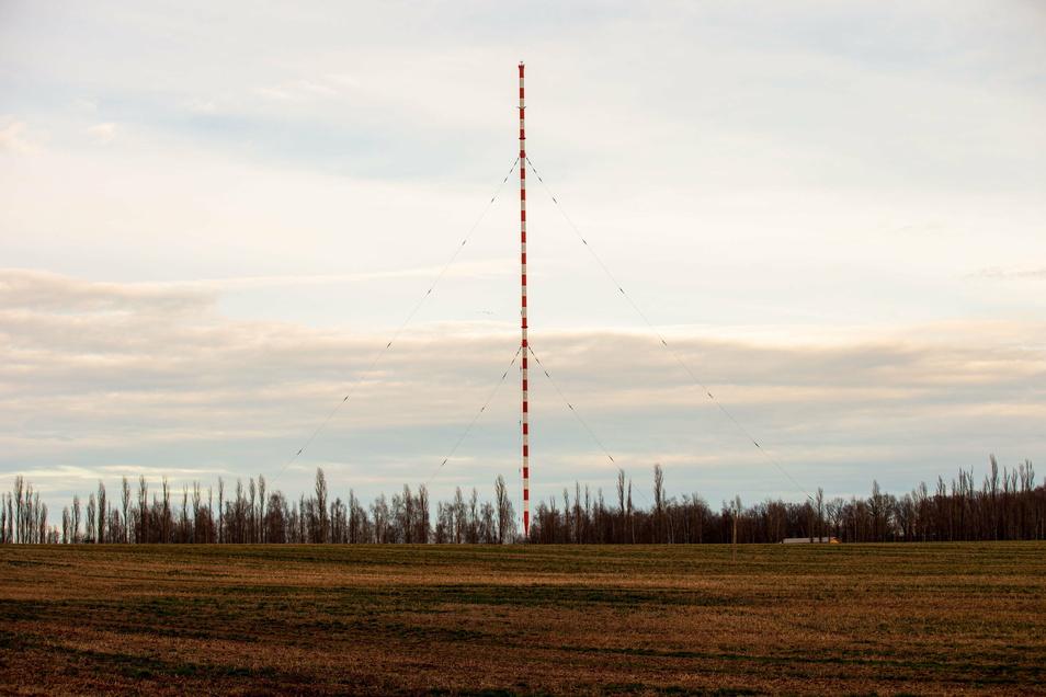Der rot-weiße Funkmast nahe der A 4 bei Wilsdruff ist ein Wahrzeichen der Region. Trotzdem soll er beseitigt werden.