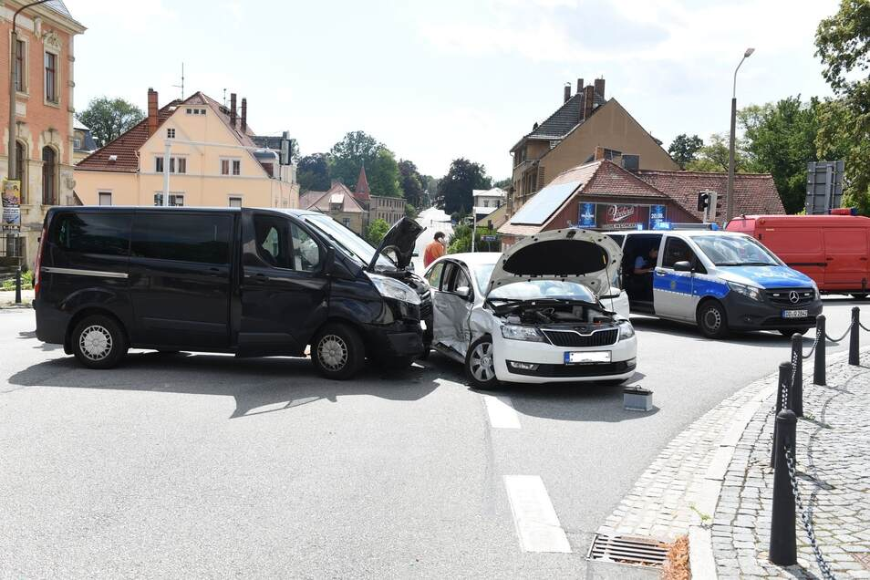Die beiden Autos, die in Neugersdorf zusammengestoßen sind.