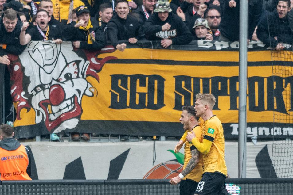 Die Dynamo-Winter-Neuzugänge Patrick Schmidt (l.) und Simon Makienok bekamen von Reiner Calmund viel Lob ab.