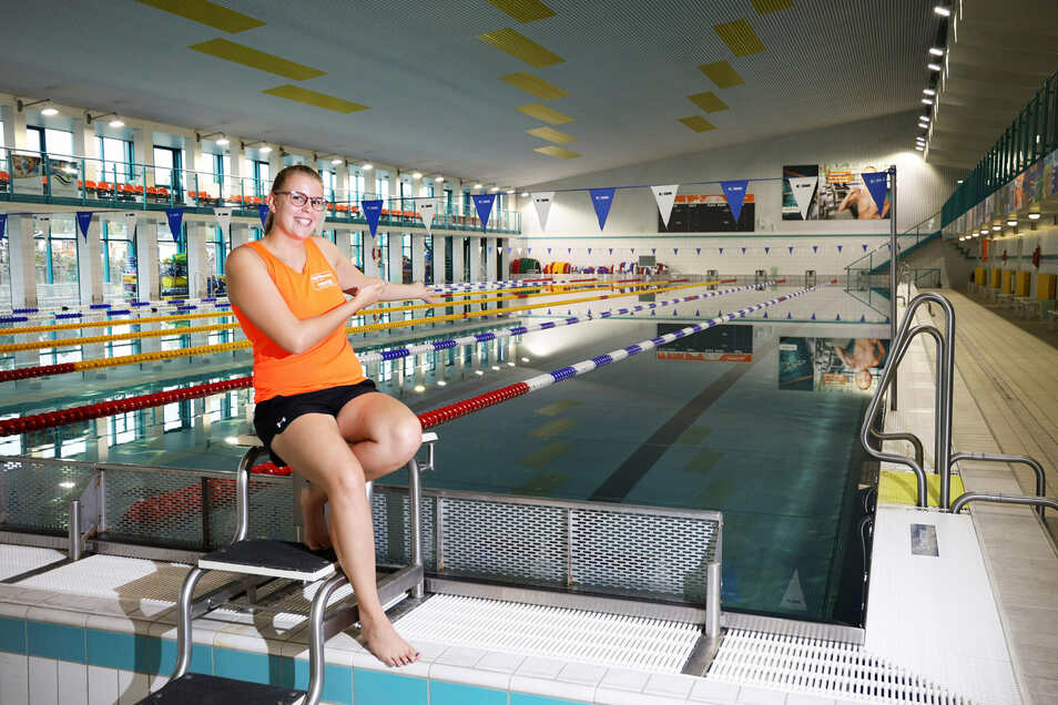 Willkommen im Hallenbad: Sarah Pfahl vom Riesaer Badbetreiber Magnet zeigt das große Becken, das ab Freitag wieder von der Öffentlichkeit genutzt werden kann. Monatelang liefen dort Sanierungsarbeiten.