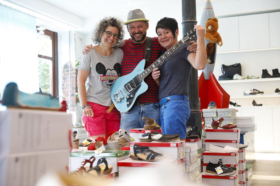 Doreen und Roberto Liebe sowie Mitarbeiterin Ines Klix organisieren ein Konzert im Schuhgeschäft in Ebersbach.