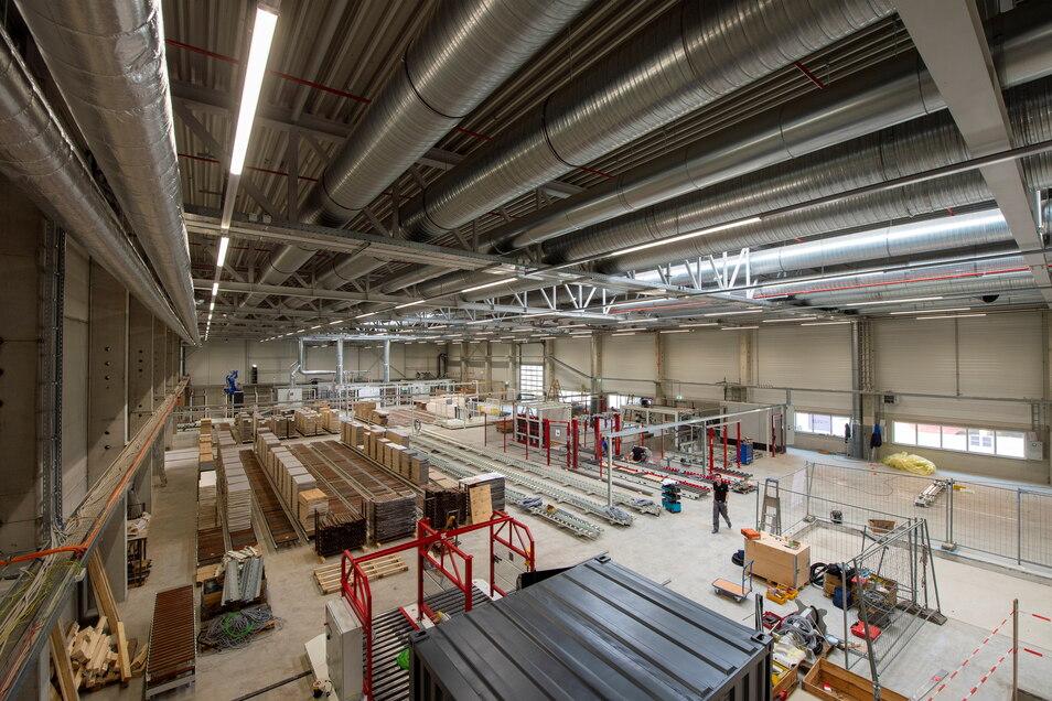 Wo einst die Firma Heidenia stand, steht jetzt die neue Fertigungshalle des Heidenauer Möbelwerkes. Im zweiten Halbjahr soll hier die Produktion anlaufen.