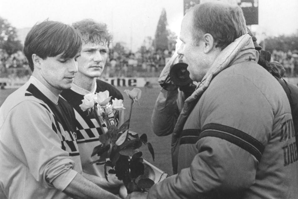 Dynamo Dresden Manager Bernd Kießling (1980-1991) ehrt Jörg Stübner (li.), Mitte: Torsten Gütschow