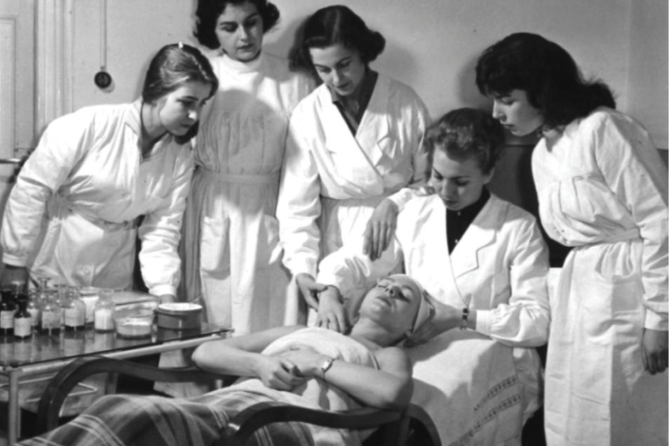 Eine speziell von Charlotte Meentzen entwickelte Massagetechnik, die Anwendung ihrer Naturkosmetik und das Eingehen auf die Kundin wurden im Unterricht in der Kosmetikschule der Meentzens vermittelt.