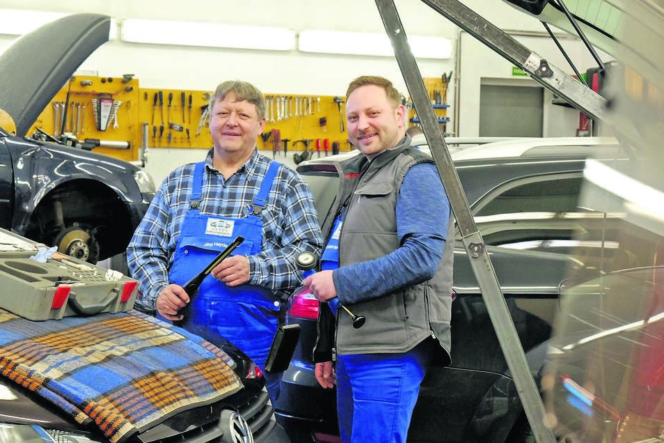 Gemeinsam in der Werkstatt: Jörg Heyde (l.)und Christoph Heyde (r.) sind in allen Belangen ein gutes Team und stehen für ihr Handwerk ein.