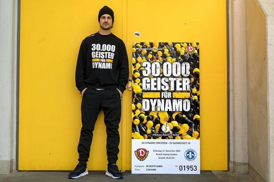 30.000 Geister für Dynamo? Mittelfeldspieler Jannick Stark präsentiert das Ticket, das bei den Fans reißenden Absatz findet.