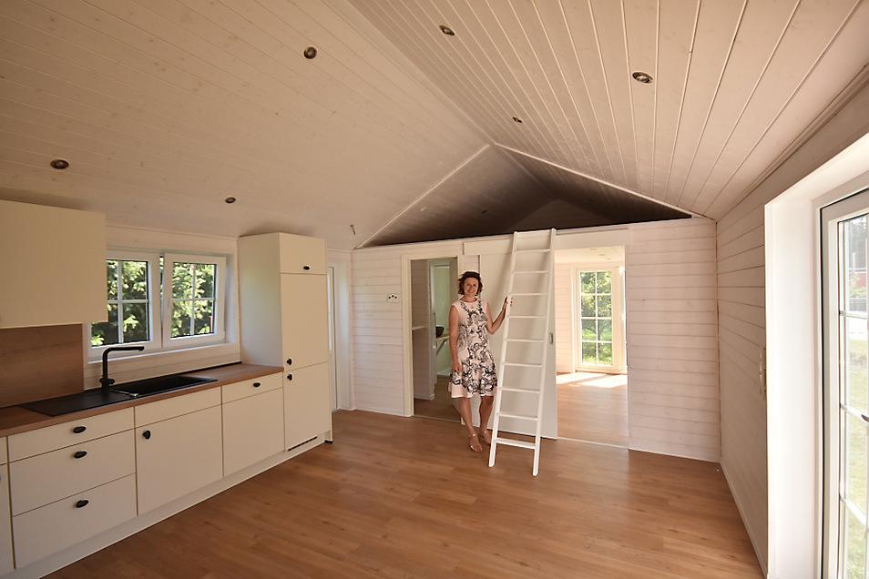 Doris Kasper hat den Grundriss für ihr Mobilheim entworfen. Hinter ihr befindet sich das Bad, daneben eines der Kinderzimmer. In der Wohnküche wird noch ein Ofen platziert. Und die Küche hat einen Gasherd.