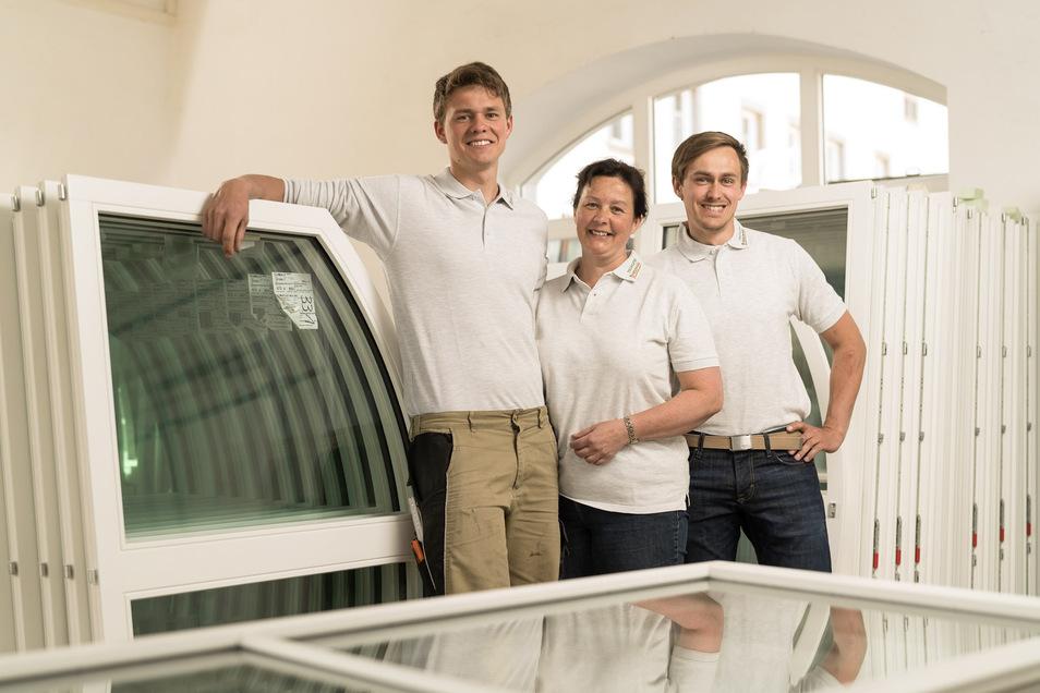 Tischlermeisterin Ines Briesowsky-Graf mit ihren Söhnen Andreas (links) und Christoph Graf (rechts). Sie ist die erste Kreishandwerksmeisterin im Landkreis Görlitz.