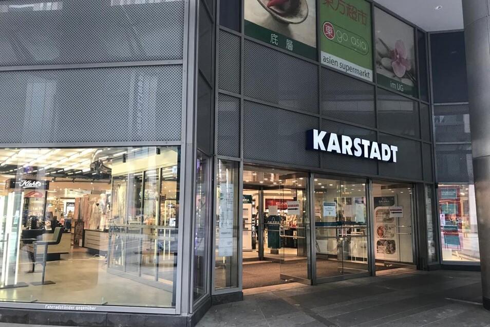 Bei Karstadt ist nur eine Tür geöffnet.