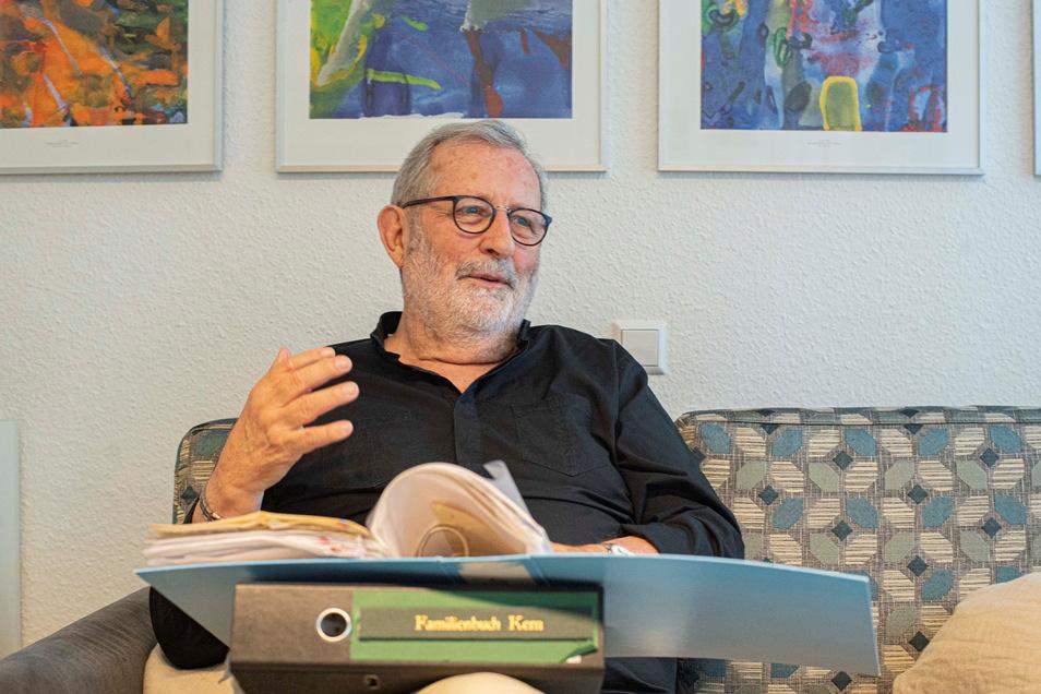 """In dicken Ordnern hat der Kamenzer Günter Kern Dokumente zur Geschichte seiner Familie gesammelt. Autor Lukas Rietzschel hat das Material in seinem Roman """"Raumfahrer"""" verarbeitet."""