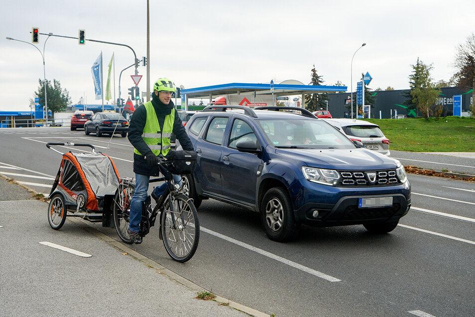 Peter Stürzner vom Bautzener Allgemeinen Deutschen Fahrrad-Clubs zeigt, wie gefährlich Radfahren in Bautzen sein kann. An dieser Stelle am Gesundbrunnenring kann der Autofahrer den 1,5-Meter-Mindesabstand zum Radfahrer nicht einhalten.