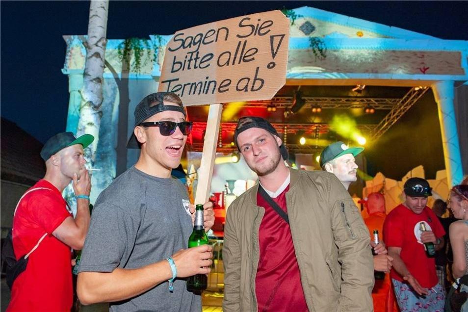 Kai und Leo kündigen mit ihrem Schild den nächsten DJ auf der Hauptbühne an.  Quentin und seine Lampe.
