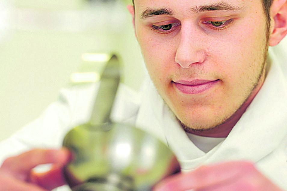 Der Pharmakant-Azubi Paul Köber von der Firma Aeropharm beim Gießen von Zäpfchen auf der Ausbildungsmesse im Berufsschulzentrum Radebeul.