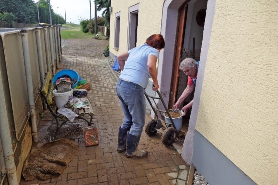 Aufräumarbeiten nach Unwetter in Minkwitz
