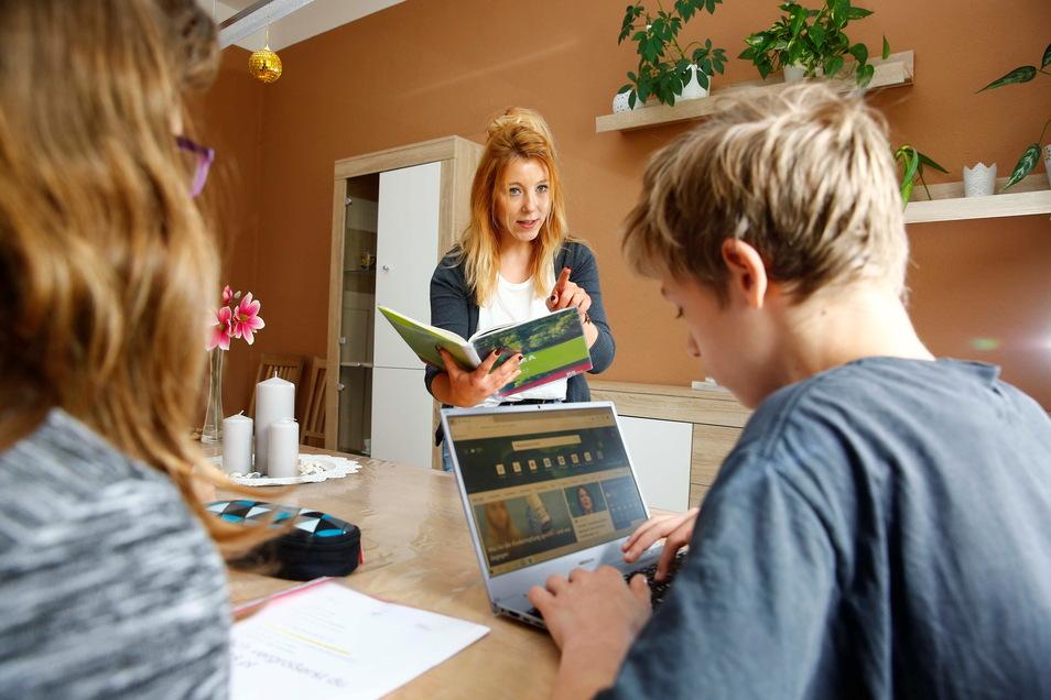 Erzieherin Sophie Warsinke versucht den Kindern im Kamenzer Haus Kleeblatt beim Lernen unter Corona-Bedingungen zu helfen. Das ist keine leichte Aufgabe.