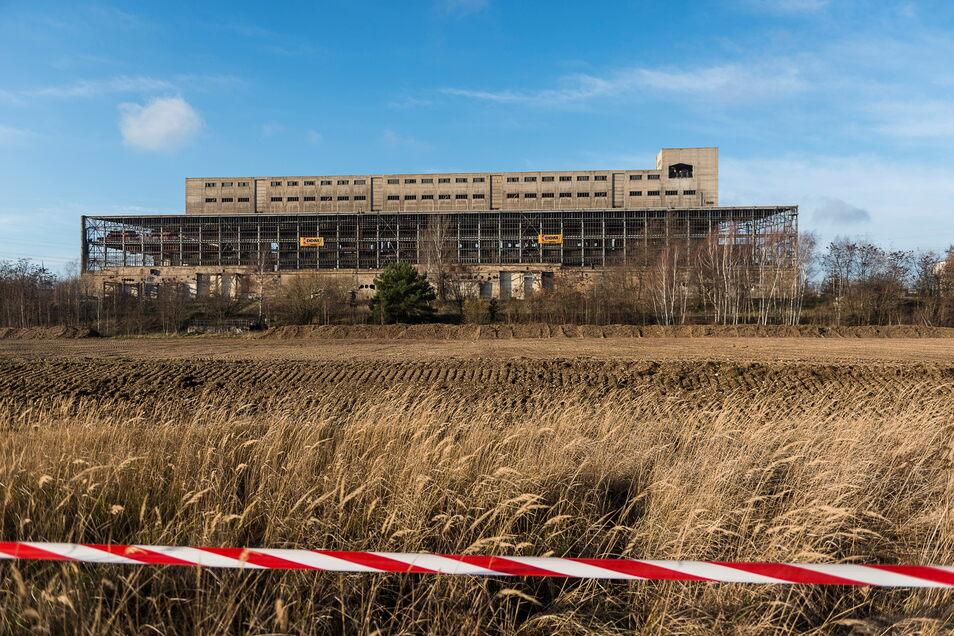 Das ehemalige Maschinenhaus auf dem Kraftwerksgelände in Hagenwerder kurz vor seiner Sprengung im Dezember 2015. Seitdem liegen die Flächen brach, die Stadt hätte sie gern als neue Gewerbeflächen.