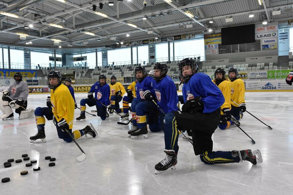 """Diese Nachwuchsspieler in Weißwasser dürfen endlich wieder """"richtig"""" Eishockey trainieren, nicht nur im Kraftraum."""