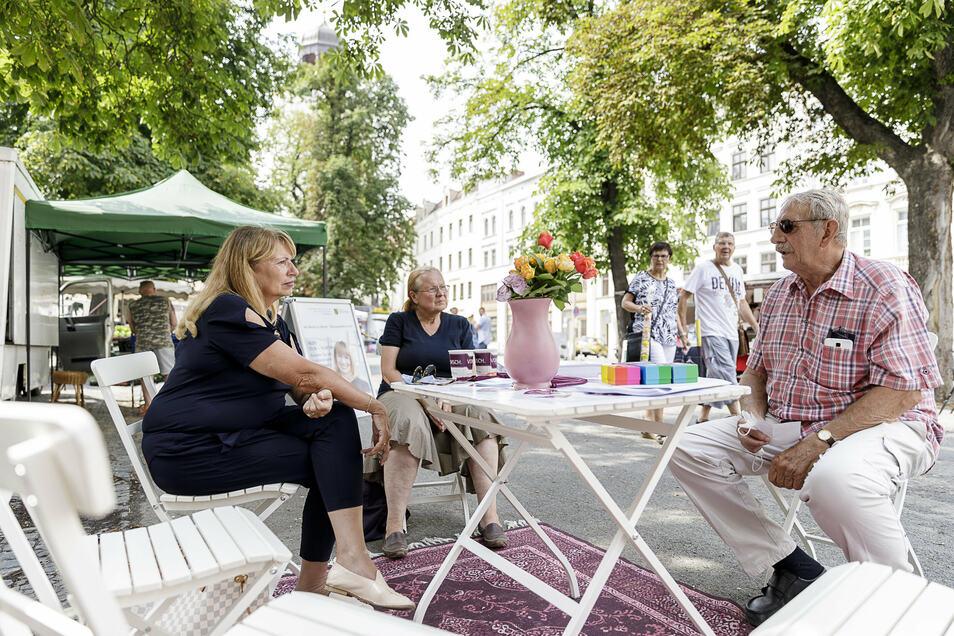 Ministerin Petra Köpping im Gespräch mit Bürgern auf dem Markt an der Elisabethstraße in Görlitz.