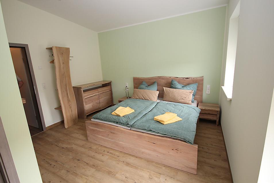Zweckmäßig ausgestattet und barrierefrei sind die drei Gästezimmer. Sie verfügen jeweils auch über eine eigene Nasszelle mit Toilette und Dusche.