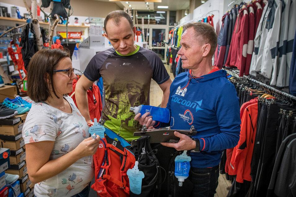 Tina Hubrich und Falko Uyma lassen sich von Coach Reiner Mehlhorn nicht nur trainieren, sondern auch in Sachen Bekleidung und Ernährung beraten.