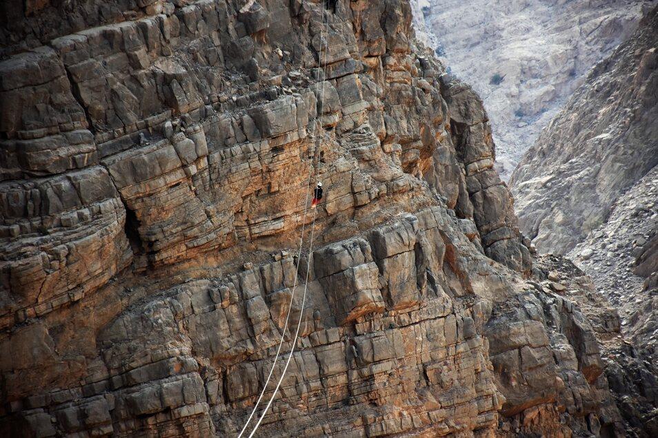 Das älteste der sieben Vereinigten Arabischen Emirate wirbt mit der weltlängsten Seilrutsche.