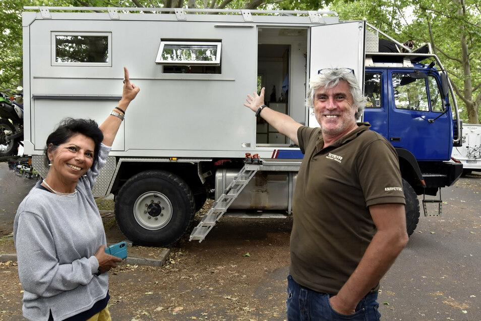 Manfred Hauer und Sima Primik besitzen ein sehr besonderes Fahrzeug, mit dem sie schon auf der ganzen Welt unterwegs waren.