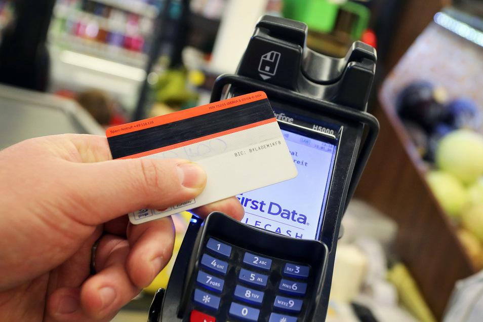 Bei kleinen Beträgen ist kontaktloses Bezahlen oft auch ohne PIN-Eingabe möglich.