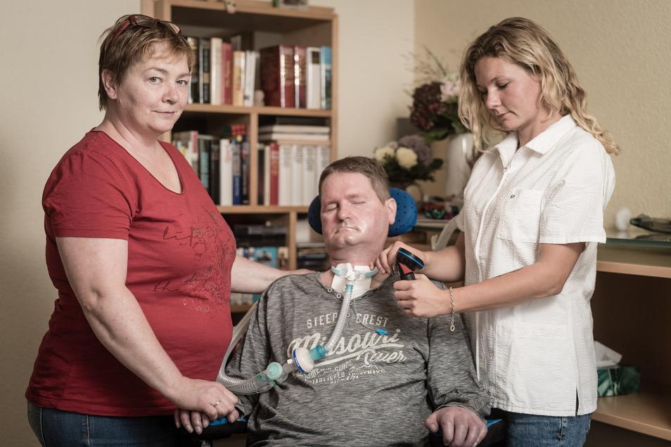 Ein letztes bisschen Teilhabe am sozialen Leben: Frank Schindhelm (52) kann dank der Pflege durch seine Frau Romy und Intensivfachpflegerin Katja Wirsig zu Hause in Zwickau wohnen. Ist das jetzt bald vorbei?