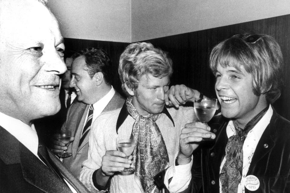 Willy Brandt (l) begrüßt auf seiner Wahlkampfreise Ende August 1969 durch Westfalen in Marl Schauspieler Thomas Fritsch (r) und andere Künstler, die sich der SPD-Wählerinitiative angeschlossen hatten.