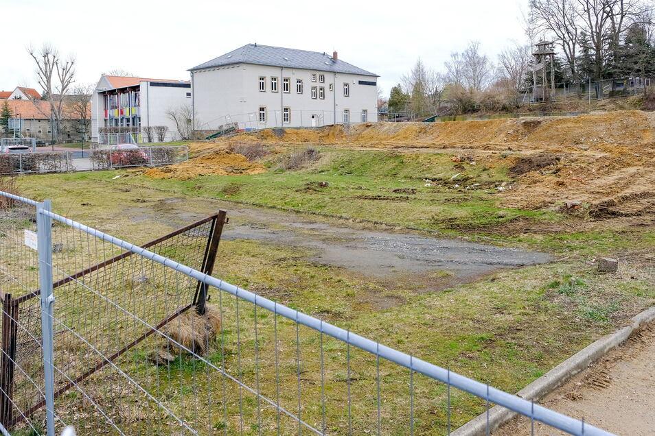 Hier soll der neue Gebäudekomplex entstehen. Kommt er nicht, muss die Gemeinde möglicherweise auch die Fördermittel für den Abriss der alten Mittelschule zurückzahlen.